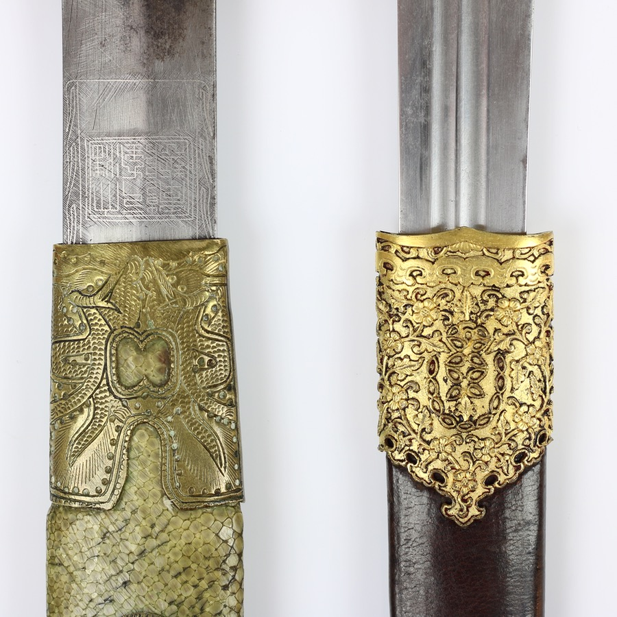 Comparison between a late Qing sword with apocryphal Qianlong mark (left) and a genuine dagger from the time and workshops of the Qianlong emperor (right).