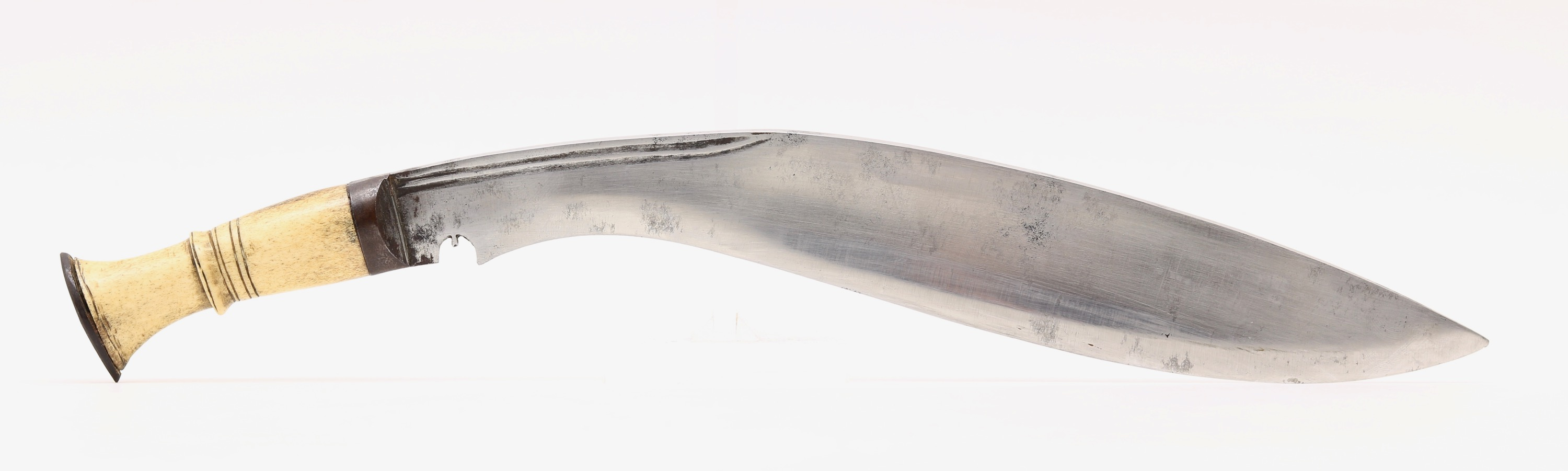 A khukuri without grooves